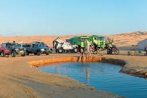 Oáza v poušti slouží závodníkům saharské rallye k osvěžení i odpočinku. Vzadu vpravo jsou k vidění bruntálské kamiony Martina Kolomého a Marka Spáčila.