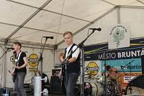 Třináctý ročník hudebního festivalu Bruntálské indiánské léto. Oživením bylo vystoupení domácí pop-punkové kapely Donaha.