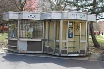 Novinový stánek je zavřený a zřejmě už ani nikdy zprovozněn nebude. Pryč z Cihelní ulice půjde do konce května i s telefonními budkami.