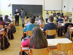 Třináctiletý Jakub Červenka ze Základní školy Jesenická v Bruntále japonsky sice neumí, přesto celá jeho třída v pátek 13. ledna přihlížela tomu, jak přebírá děkovný dopis z Japonska.