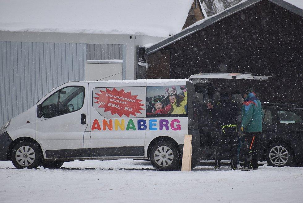 Chystáte se do Jeseníků, ale obáváte se přeplněných parkovišť? Zkuste si udělat zimní výlet do Andělské Hory na poutní místo Annaberg a na stejnojmennou sjezdovku.