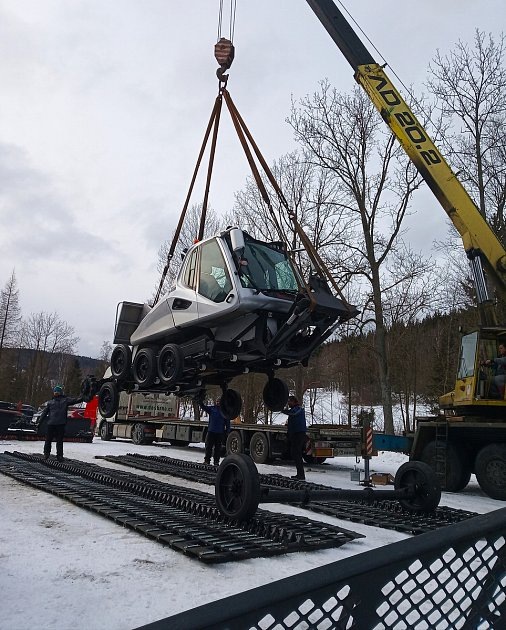 Do Karlova pod Pradědem dorazila největší rolba na světě: Prinoth Beast. Můžete ji vidět vakci každý den dvakrát, před denním ivečerním lyžováním ulanovek Karlov Ski Express a Roháč Express.