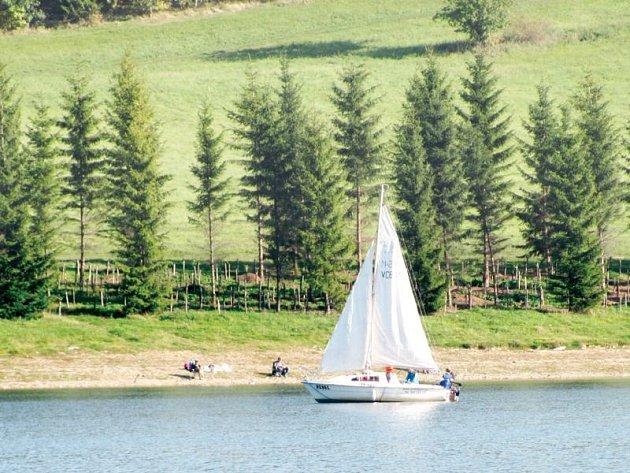 Na Slezské Hartě se už po hladině prohání jachty i malé loďky. Projet se na lodi může každý, na Hartě lze absolvovat vyhlídkovou plavbu, půjčit si loď ku nebo i jachtu.
