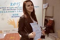 Sára Szmeková si v Hong Kongu osobně převzala ocenění za svou výtvarnou práci Magalhaes na cestách, kterou vytvořila pod vedením pedagožky krnovského gymnázia Januly Konstantinidu.