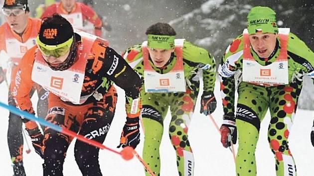 Laufař z Rýmařova Václav Sedláček (na snímku uprostřed) se na Orlickém maratonu opět zařadil mezi špičku. Vlevo pozdější vítěz a Sedláčkův týmový kolega Jakub Pšenička.
