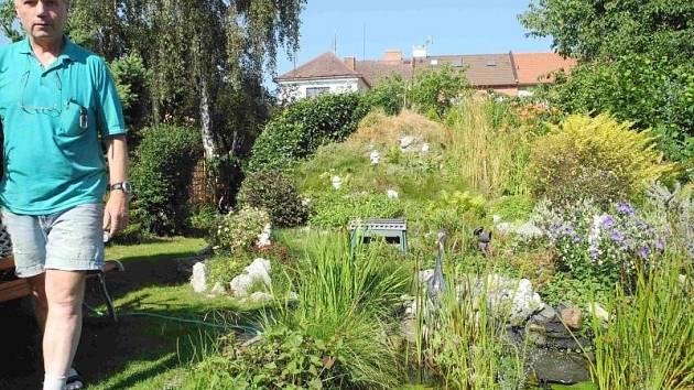 Zahrada Petra Onderky na Myslbekově ulici nadchla porotu soutěže Šedivé či zelené. Její součástí je i alpinium s vodním prvkem, díky kterému je pobyt v zahradě příjemný i v mimořádně horkém počasí.
