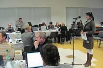Jednatelka K-centra Martina Nováková se ve středu marně snažila přesvědčit krnovské zastupitele, aby uvolnili aspoň sto tisíc korun na záchranu protidrogových projektů ve městě.