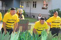Důchodci z Hlavnice navzdory svému věku si rádi hrají na čmeláčky, včelky nebo berušky. Svým bezprostředním řáděním dokázali pobavit krnovské seniory i sami sebe.