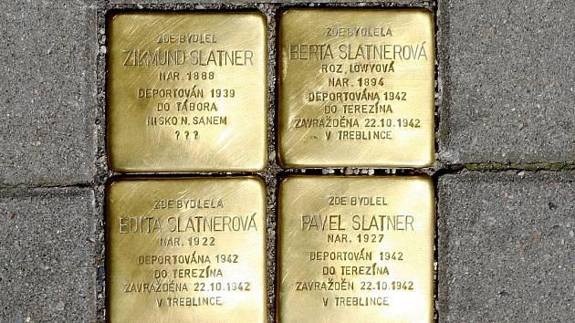 Stolpersteiny neboli mosazné kostky se jmény obětí holocaustu jako první začal vsazovat do dlažby německý umělec Günter Demnig.