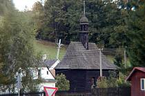 Uprostřed návsi ve středu obce Suchá Rudná stojí malá kaple se zvoničkou.
