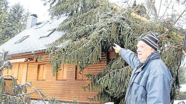 Následky vichřice  v osadě Klepáčov u Skřítku. Na chatu v sousedství Ilko Kotíka spadly dva vzrostlé smrky.