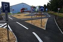Nové dopravní hřiště v areálu Základní školy Cihelní v Bruntále je dobře vybaveno, děti si zde zažijí pravidla, která platí v silničním provozu.