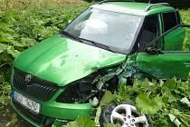 Pět lidí se v neděli zranilo při čelním střetu dvou osobních automobilů v Jiříkově. Mezi zraněnými byly tři děti.