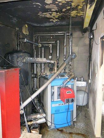 Tři jednotky hasičů byly vyslány vsobotu krátce před půl druhou hodinou odpolední knahlášenému požáru vkotelně budovy bývalého kina, nyní společenského sálu do Staré Vsi.