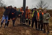 Kříž v Holčovicích Spáleném se díky hasičům vrátil opravený na své místo.