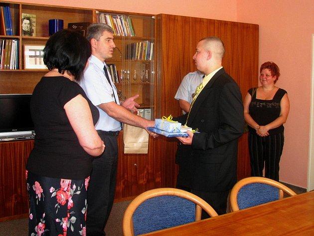 Patnáctiletý Filip převzal v pátek ocenění od představitelů města Krnova za to, že přispěl k dopadení pachatele násilného činu.