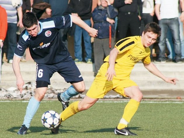 Fotbalisté Krnova si v utkání proti favorizovanému Hradci vytvořili několik stoprocentních gólovek, ani jednu však neproměnili. Na snímku bojuje domácí Daniel Biskup (vpravo) s hradeckým Matějem Žídkem.