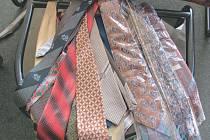 Kravaty a kabelky jsme převezli do Opavy, 13. listopadu budou za symbolické ceny prodávány v opavském obchodním centru Breda.