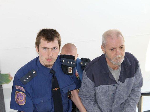 Vratislav U. z Břidličné cestou do soudní síně bruntálského soudu. Přes to jak otce v opilosti dlouhodobě týral, otec ho nadále nevýslovně miluje.