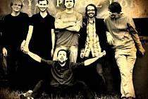 Kapela Way Out ve složení (zleva) Pavel Andoga, Jan Staroba, Jakub Holčapek, Marek Gawlas a host Martin Pospíšil. Dole sedí Alexandr Zubov.