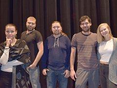 Záplata. Na snímku členové divadelního souboru – zprava Lucie Machalová, Filip Kapler, Ladislav Gurecký, Adam Doležel, Blanka Schovajsová.