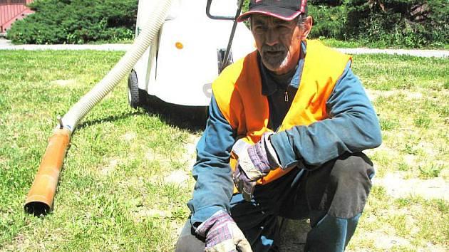 Velké kusy odpadu speciální stroj nenabere, pracovník bruntálských technických služeb Antonín Vanot je musí sbírat ručně.