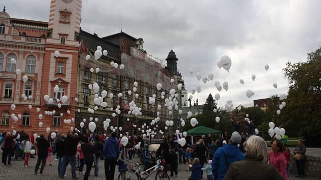 Hnutí ANO uspořádalo na krnovském náměstí hromadné vypouštění balonků. Kampaň měla nečekaný ohlas a rozvířila diskusi, zda jsou latexové balonky odpad poškozující přírodu nebo neškodná zábava.