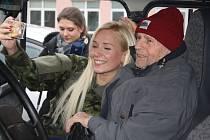 Služba armádě zanechala v panu Josefovi tak silné zážitky, že chtěl na ni vzpomínat s dnešními vojáky. Plukovník Jaroslav Hrabec a nadrotmistr Pavel Pandolarovský přijeli do Krnova, aby mu vánoční přání splnili.
