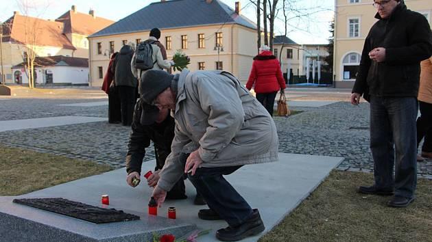 PIETNÍ AKT u krnovského památníku obětem válek a násilí za oběti komunistické ideologie.  Po něm následovala mše a přednáška Vojtěcha Vlčka.