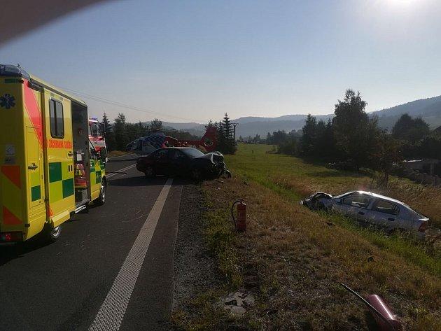 Místo, kde se střetla Astra sOmegou. Nehoda, ke které došlo 3.srpna ráno  mezi Novými Heřminovy a Bruntálem měla vážné následky. Policie hledá svědky a náklaďák snávěsem.