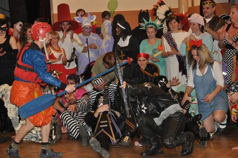 Třemešná je specifická tím, že si zde v karnevalových maskách libují nejen děti, ale i dospělí.