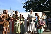 Kočovná divadelní společnost Petry Severinové na osvědčených štacích na jihu Moravy letos představila hru O tom, jak Moravané, Čechové a Slezané statečně dějinami proplouvali.