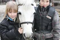 Na koňském táboře potkají účastníci s velkou pravděpodobností dívky Terezku Theimerovou z Rudné pod Pradědem a Julču Szukalskou ze Světlé Hory (zleva).