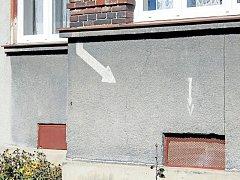 Krnov má památku na bombardování na domech v Mikulášské ulici. Šipky ukazují sklepní okénko. Pokud by se dům zřítil, záchranáři v troskách najdou sklep, ve kterém se lidé ukryli před náletem.
