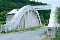 Historický most by měl v horní části Nových Heřminov zůstat. Dříve se přes most běžně jezdilo na trase z Bruntálu do Krnova. Než postavili silnici vedoucí skrz obec.