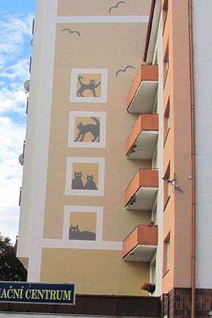Po zateplení fasádu obsadila tato skupina koček zautorské dílny architekta Marcela Kolarze.