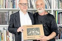 Jindřich Štreit s autorem předmluvy oceněné knihy Jiřím Siostrzonkem.