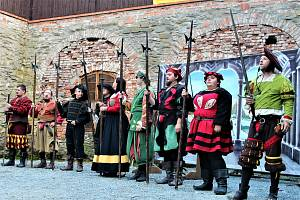 Hrad Sovinec už zase každý víkend nabízí pestrý rodinný program plný šermířských soubojů, historických, divadelních i pimprlových představení.