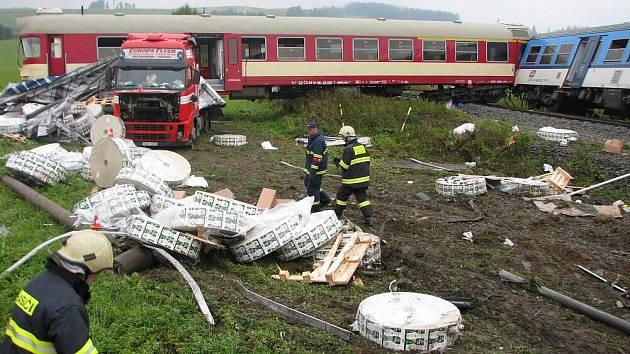 Kamion se střetl s vlakem na železničním přejezdu mezi Bruntálem a Valšovem. Ve vlaku cestovalo třicet lidí. Při srážce byli zraněni čtyři lidé. Předběžná škoda činí dvanáct milionů korun.