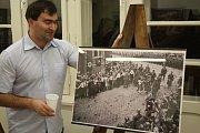 Adolf Hitler přijel do Krnova 7. října 1938 a dostalo se mu vřelého přijetí, jak ukazuje snímek. Vůdce v Krnově dostal od jásajících davů přímý zásah kyticí do obličeje. Vzápětí byl vydán zákaz házet jakékoliv předměty na říšského kancléře.