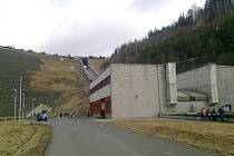 Vodní elektrárna a skluz.