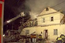 Požár rodinného domu v Břidličné kompletně zničil novou sedlovou střechu.