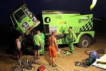 Přes poruchu za kole zelené závodní Tatry a zapadnutí do pouštního písku má Czech Dakar Team z Bruntálu stále více, než tříhodinový náskok.