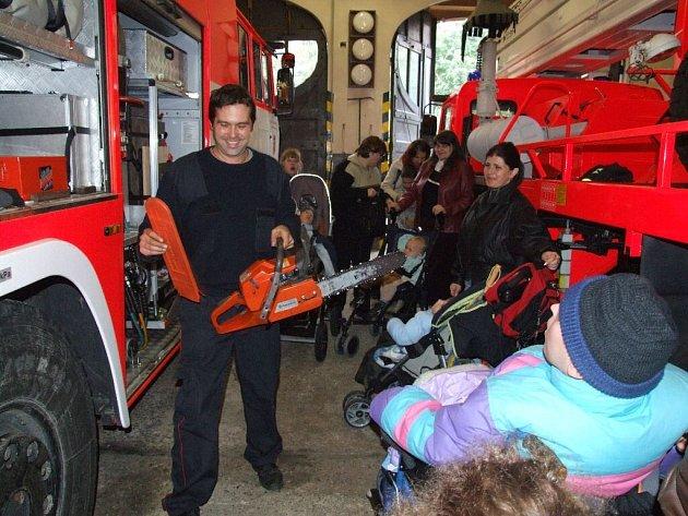 Děti s handicapem, které navštěvují speciální Církevní základní školu v Krnově, přišly na návštěvu k hasičům.