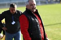Antonín Hudský diriguje svůj tým.