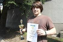 Jiří Kubis s pohárem a diplomem za vítězství v mezinárodní svářečské soutěži žáků Zlatý pohár Linde. Exceloval v její praktické i teoretické části.