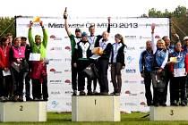 """Mistři republiky v MTBO. Družstvo """"orienťáků"""" na horských kolech A-team Novo Bruntál na nejvyšším stupínku Mistrovství republiky 2013. Na druhé pozici Tesla Brno, na třetí Smržovka."""