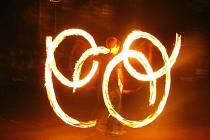 Strašidelný večer zdařile zakončila ohňová show skupiny eXtremeFlamers.
