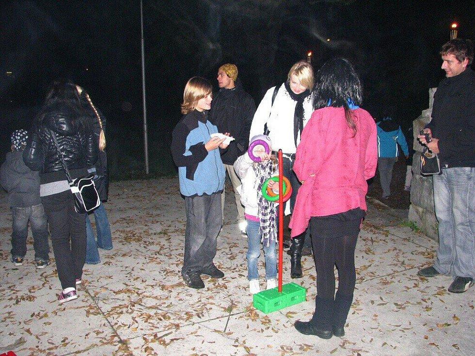 Čarodějnice, skřítkové, kostlivci a další strašidla zaplnila zahradu Střediska volného času (SVČ) Méďa v Krnově.