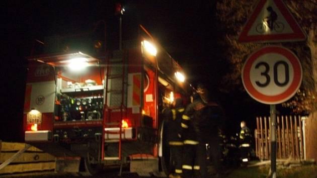 Přístavbu domku a dva automobily zachvátily 5. prosince v Bílém Potoku plameny, které vyšlehly z garáže.